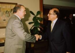 El presidente del Club, Balbino Prieto, recibiendo a Pedro Solbes
