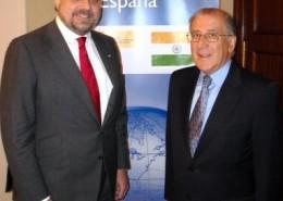 El embajador de España en la India, Gustavo de Arístegui, junto al presidente del Club, Balbino Prieto