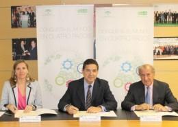 De izquierda a derecha, la consejera delegada de Extenda, Vanessa Bernad; el secretario general de Economía de la Junta de Andalucía y presidente de Extenda, Gaspar Llanes, y el presidente del Club de Exportadores, Balbino Prieto