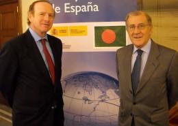 El embajador de España en Bangladesh Luis Tejada Chacón, y el presidente del Club, Balbino Prieto