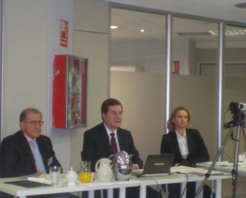 Junto a Balbino Prieto, D. Ignacio Gómez-Acebo (director de Desarrollo de la Innovación) y Rosario Echeverría (directora de Asesoría Jurídica), que fueron los encargados de las ponencias