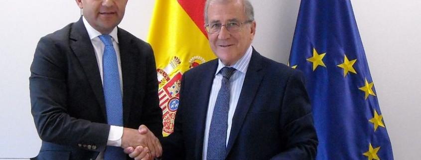 Jaime García-Legaz y Balbino Prieto se saludan tras la firma del convenio