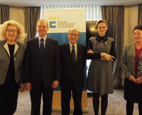 El presidente del Club, en el centro, junto con los embajadores de Polonia, Eslovaquia, Hungría y la República Checa